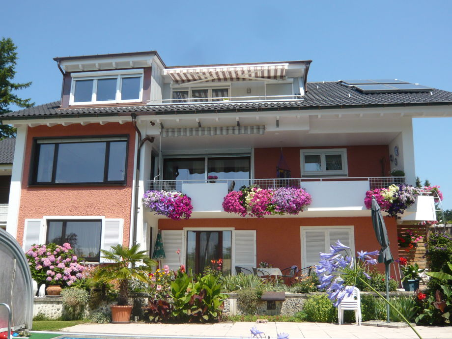 Hausansicht Wohnung unten und Dachbalkon