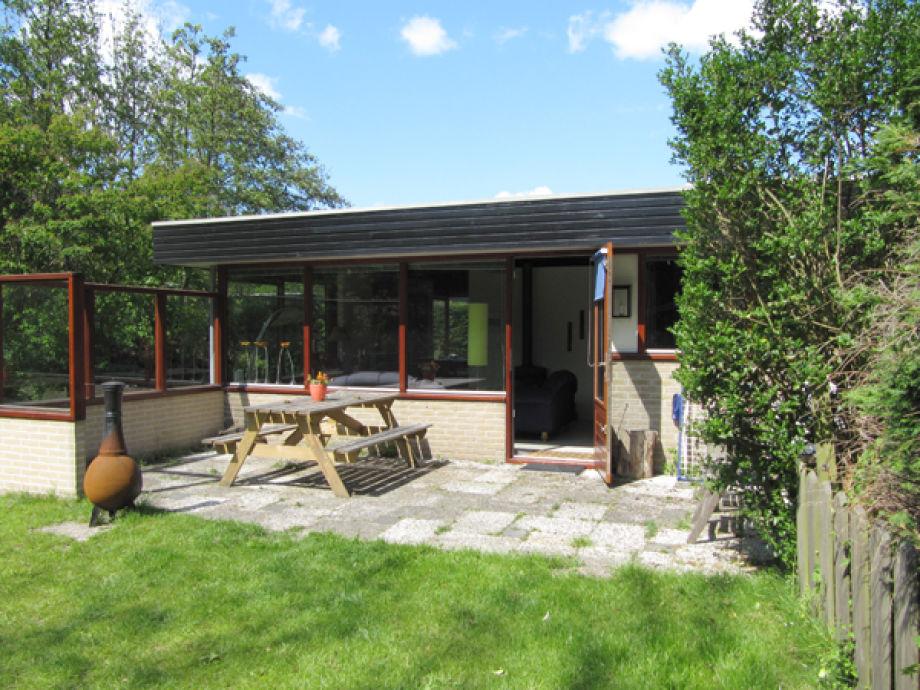 Sicht vom Garten auf Terrasse und Wohnzimmereingang