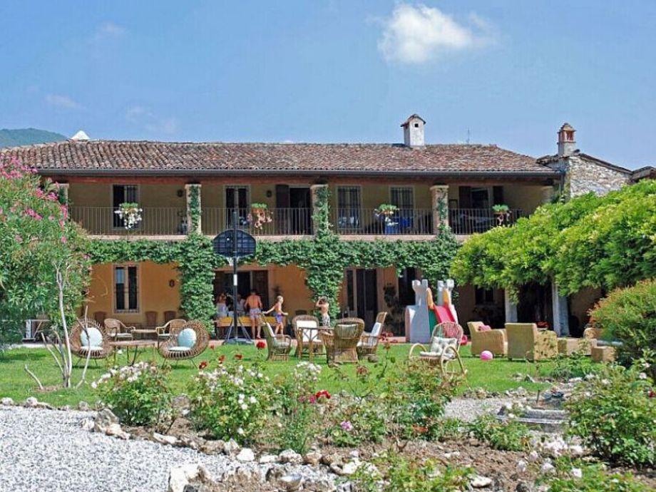 villa paradiso landhaus mit gro em pool und park gardasee. Black Bedroom Furniture Sets. Home Design Ideas