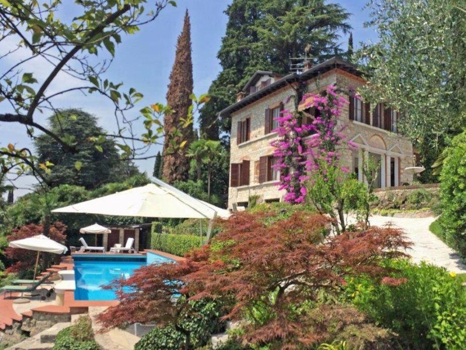 Blick auf den Pool und die Villa