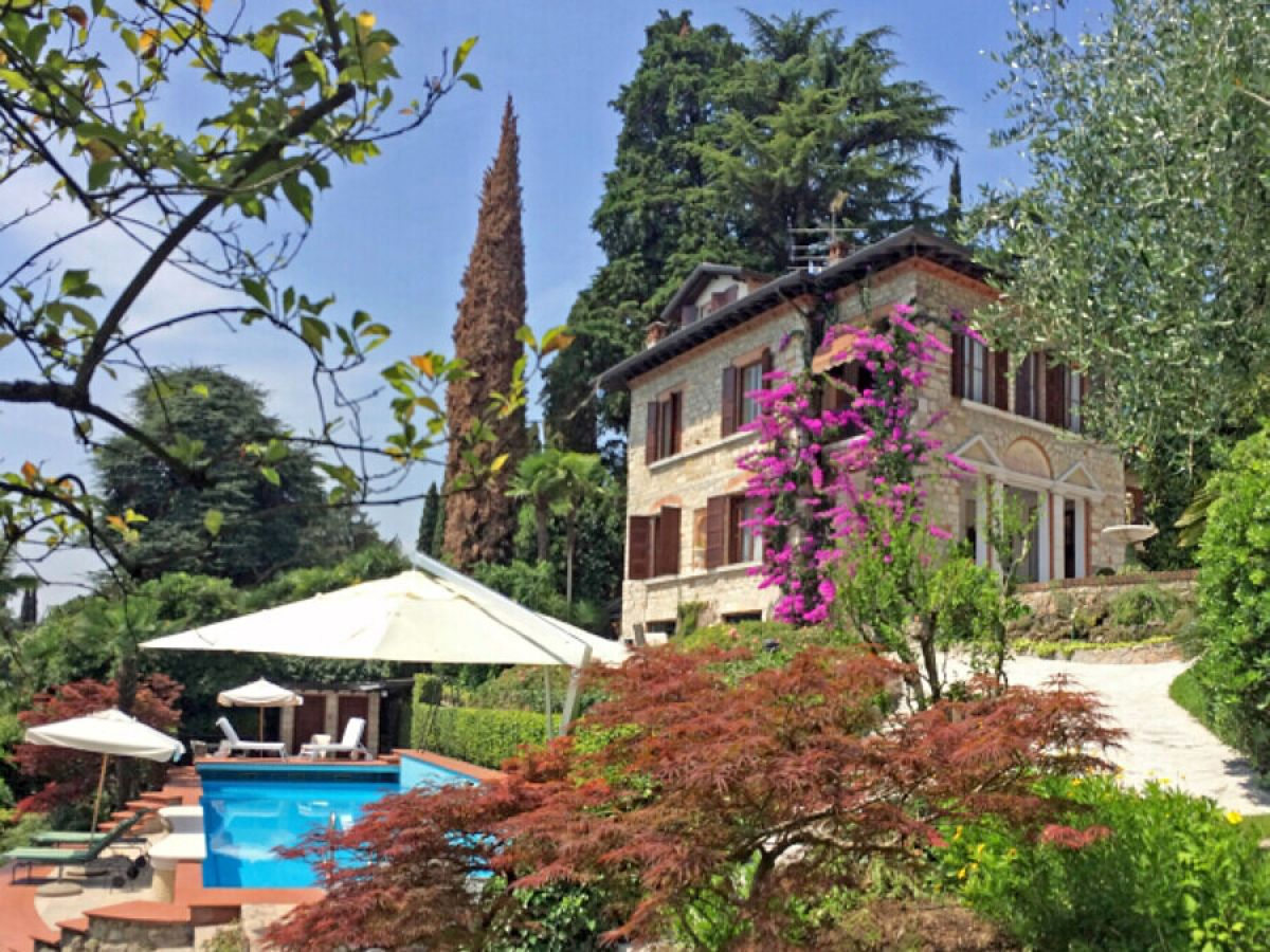 villa umberto urlaub im m rchenschloss italien lombardei gardasee gardone riviera. Black Bedroom Furniture Sets. Home Design Ideas