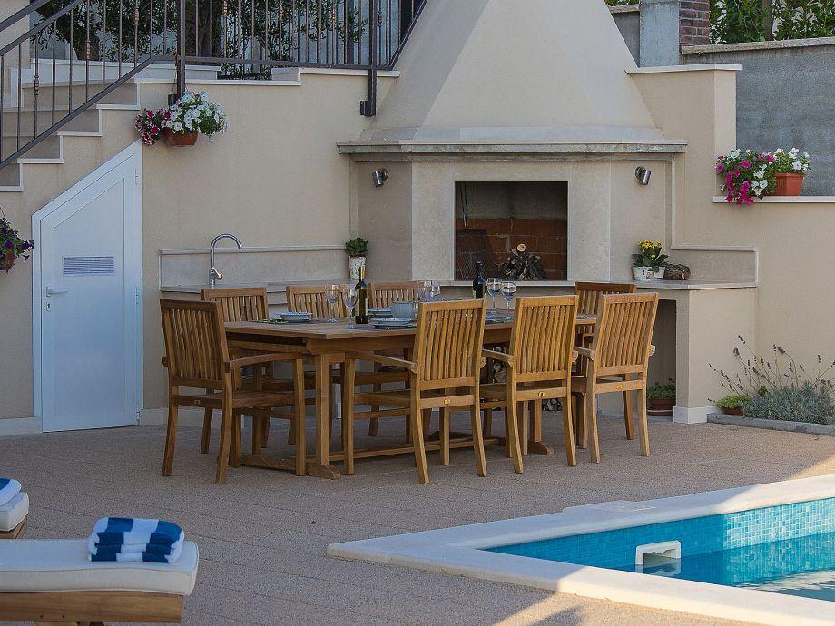 Terrasse und Grillstelle am Pool
