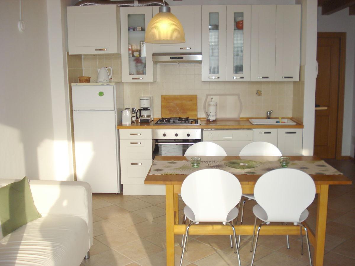 Küchenzeile Mit Dachschräge ~ küchenzeile mit integriertem essplatz ~ die neuesten innenarchitekturideen