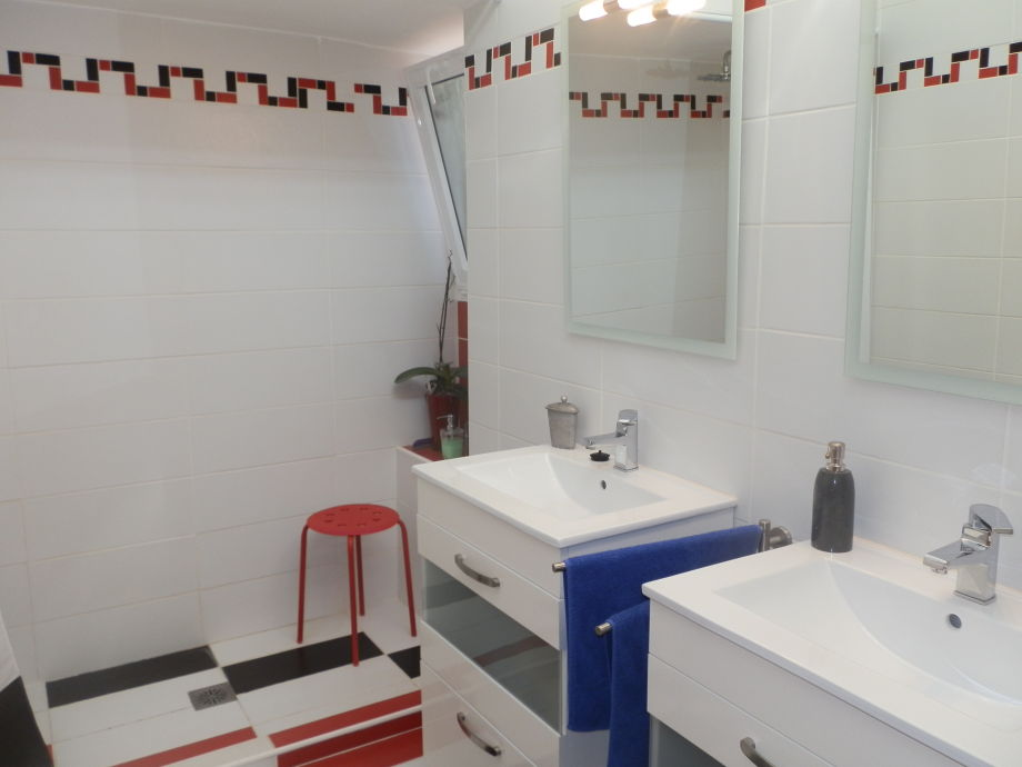 Ferienhaus el poris am meer mit privatpool teneriffa for Badezimmer mit doppelwaschbecken