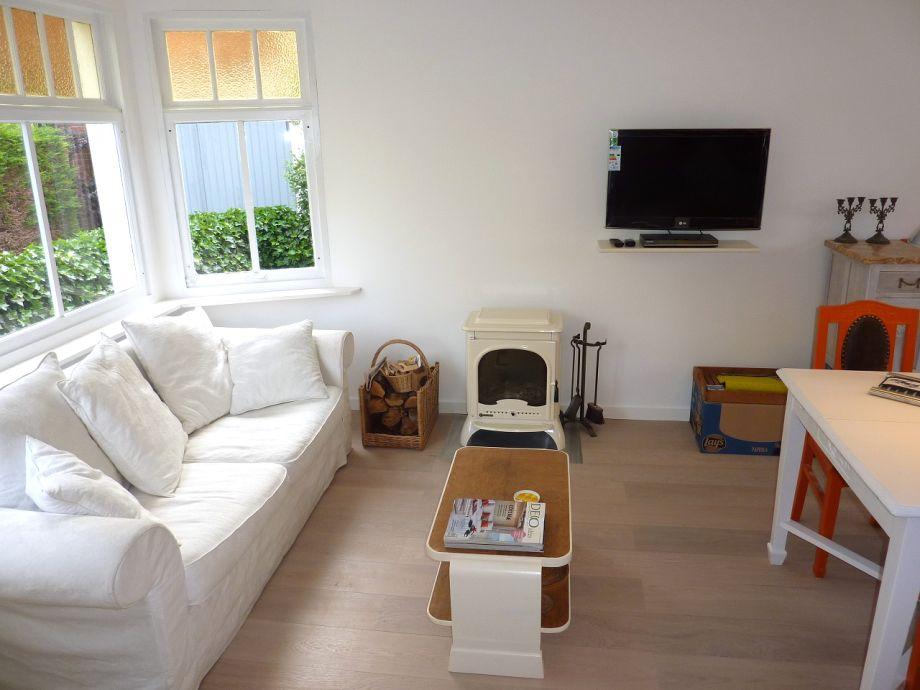 Das helle Wohnzimmer mit gemütlicher Sitzecke