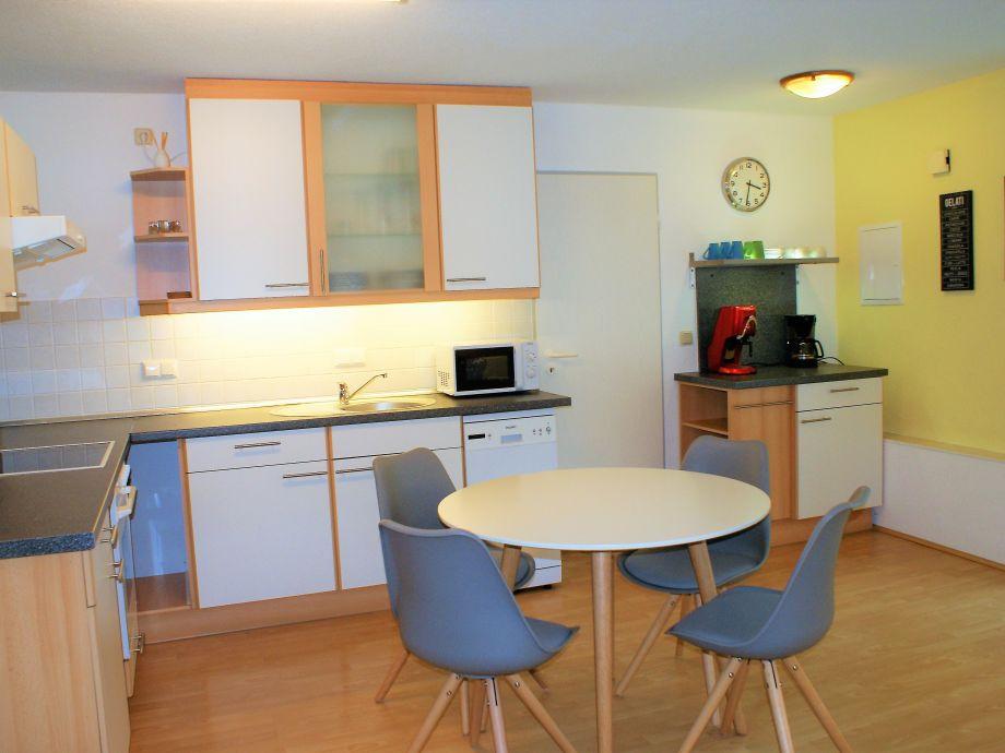 Schöne voll ausgestattete offene Küche