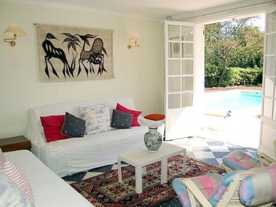 Gemütliches Wohnzimmer mit Blick auf den Pool