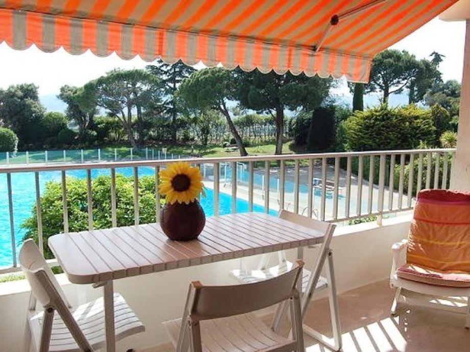 Balkon mit herrlichem Blick auf den Pool und das Meer