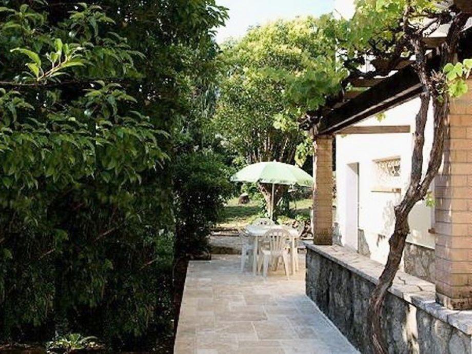 Genießen Sie den Aufenthalt im Garten der Villa