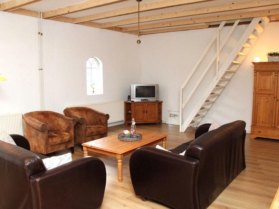 Das geräumige und helle Wohnzimmer