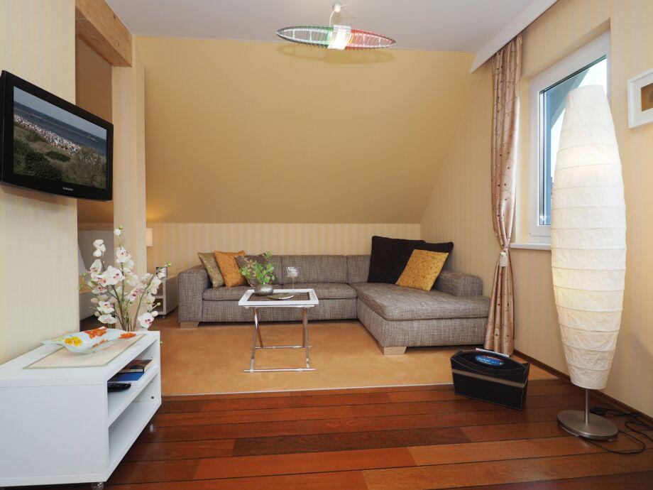 Modernes Wohnzimmer mit Flat-TV