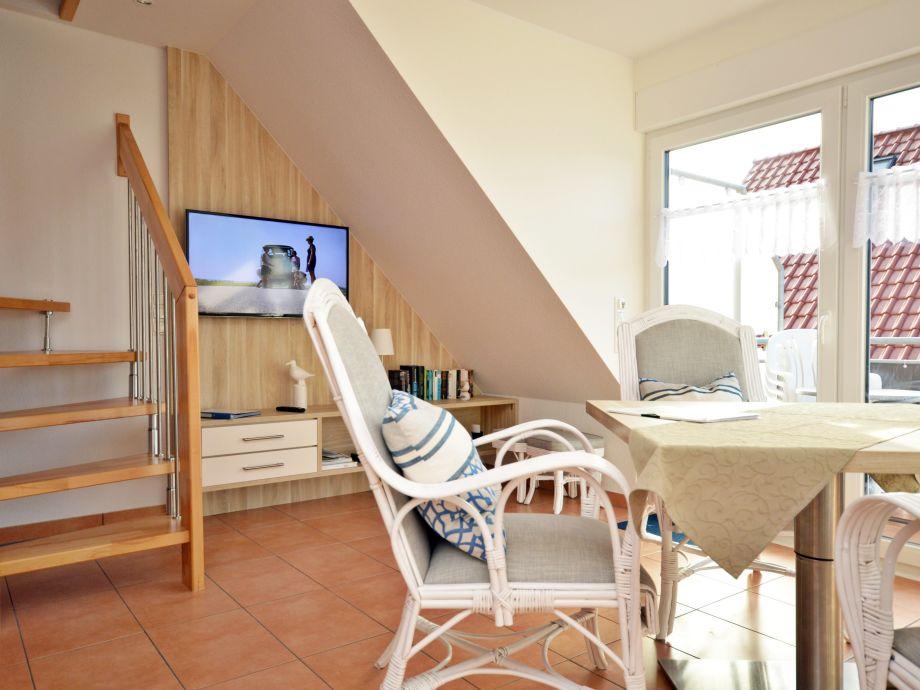 Wohnraum mit Essplatz und TV