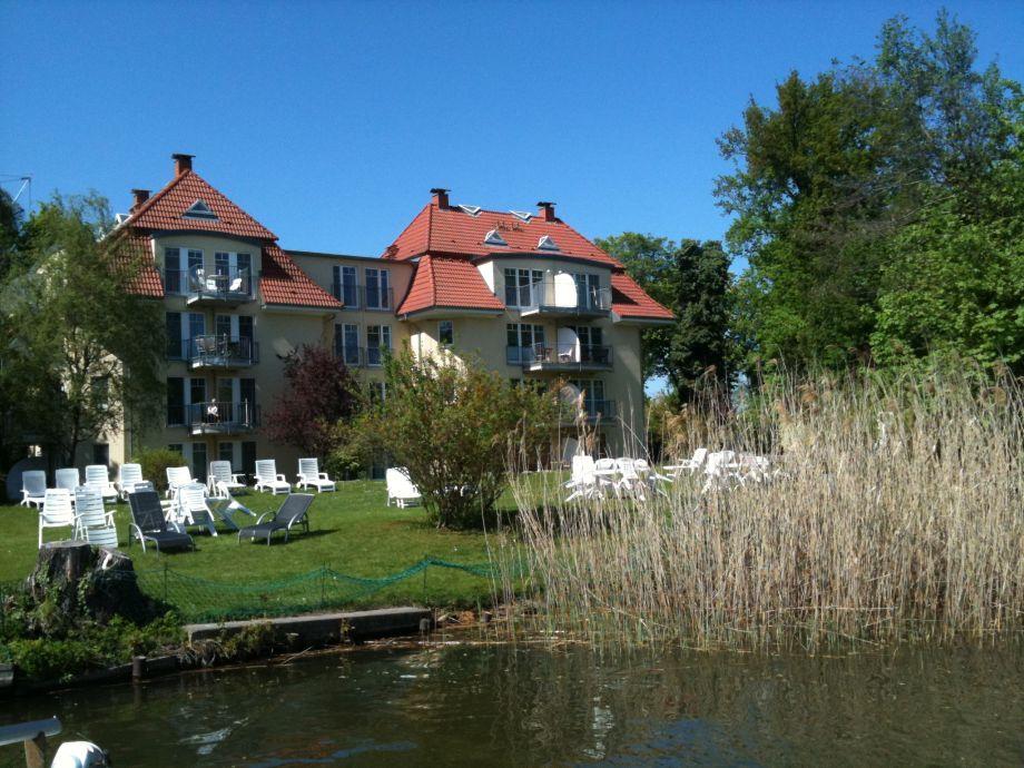 Blick von See auf die Ferienwohnungen