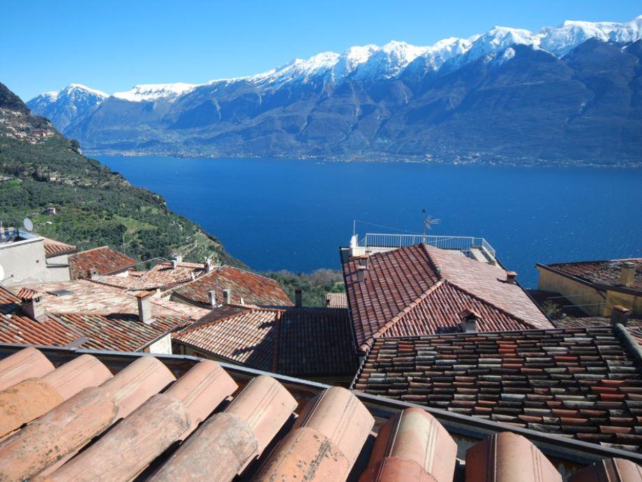 Blick über die Dächer auf den Gardasee und die Berge