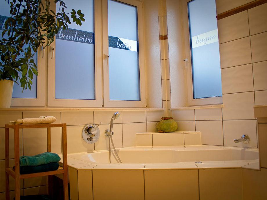 badewanne mit whirlpool funktion heimdesign. Black Bedroom Furniture Sets. Home Design Ideas