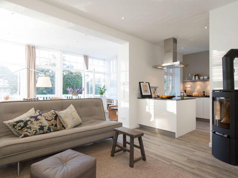 Blick vom Wohnzimmer auf Küche und Wintergarten