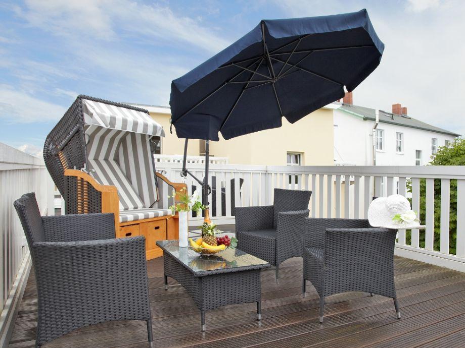 Möblierter Balkon mit Strandkorb und Sonnenschirm