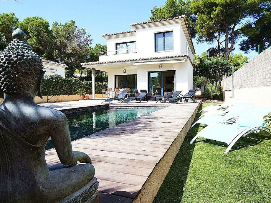 Blick auf die Villa Adriano mit Pool