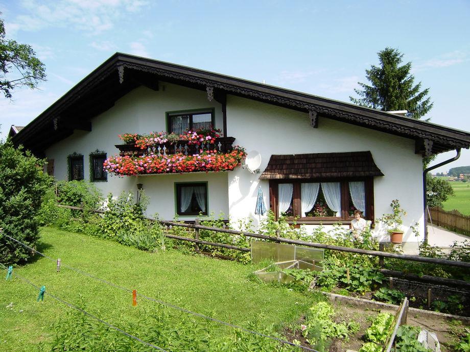 Unser Gästehaus mit der Ferienwohnung in Hanglage