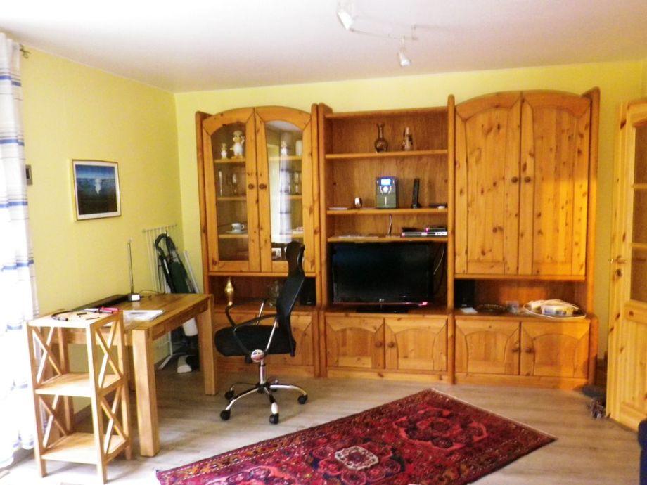 Wohnzimmer mit LCD TV und Schreibtisch