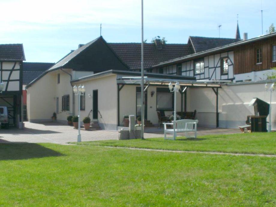 Hof mit den beiden Ferienhäusern  vom Garten betrachtet