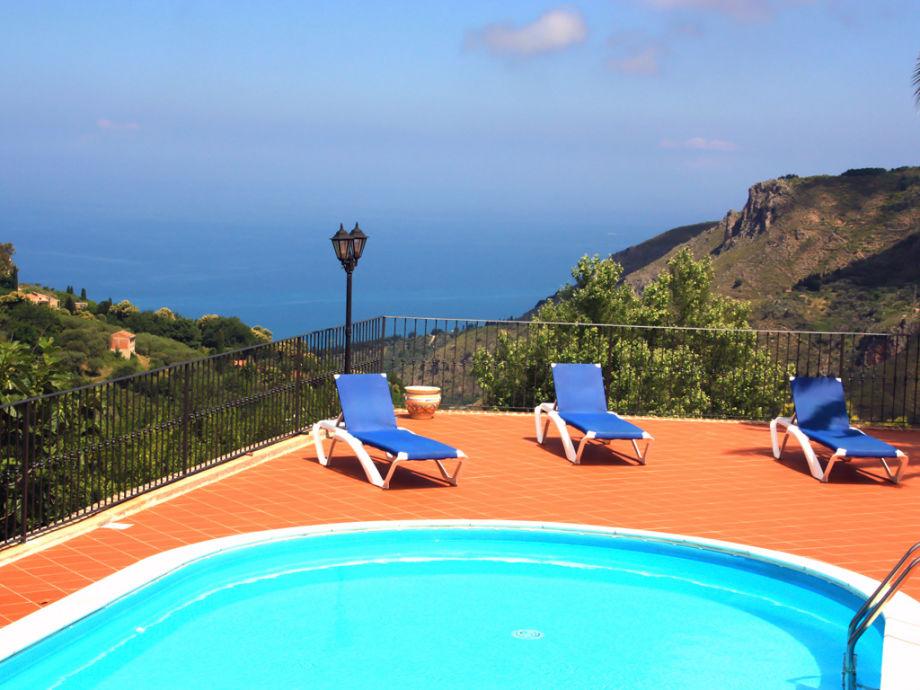 Fantastischer Meerblick vom Pool mit Sonnenliegen