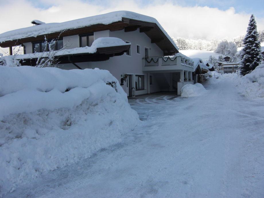 Zufahrt zum Haus Ager Ostansicht mit Parkplätze