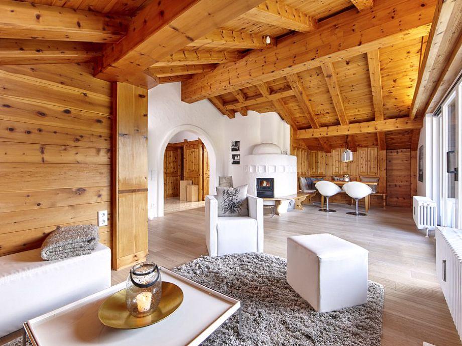 Der moderne Wohnbereich mit Kamin