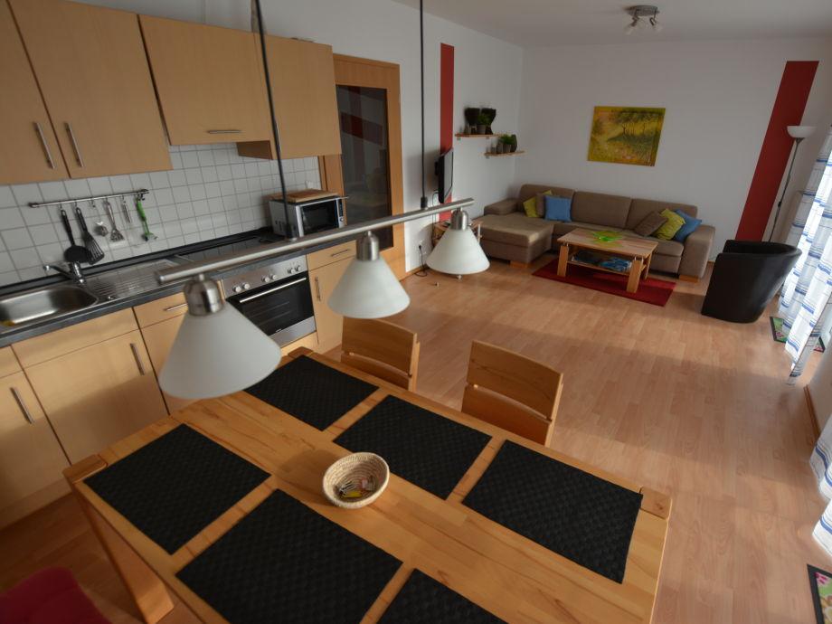 Der Wohnraum mit Essecke und Küchenzeile