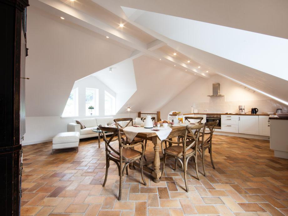 Wohnraum mit Landhausküche, Esstisch, Couch & Farb-TV