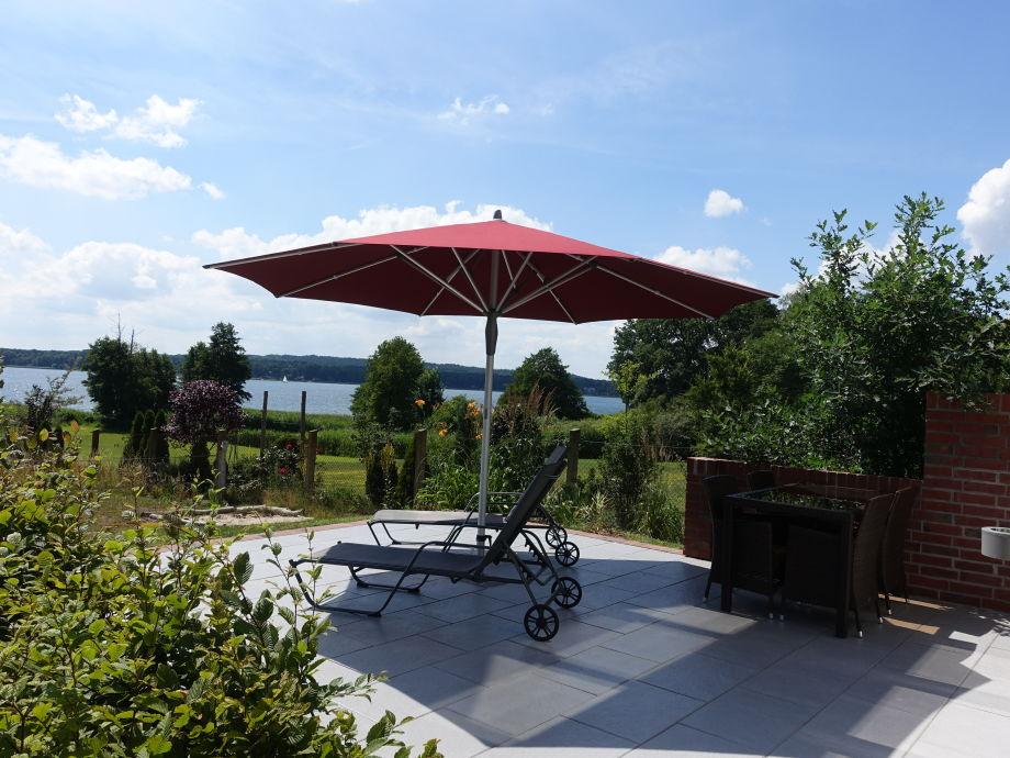 Grosszügige Terrasse mit Sonnenschutz