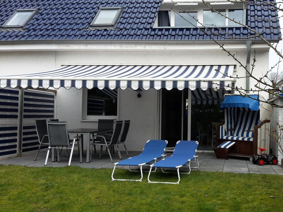 Terrasse mit Strandkorb, Tisch und Liegen