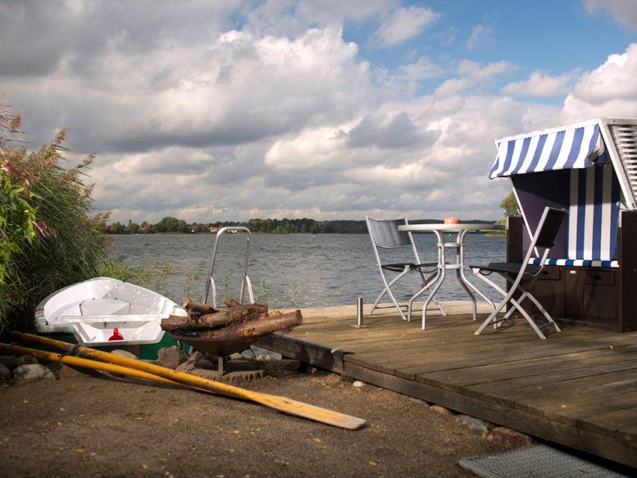 Außenaufnahme direkt am See mit Privatstrand