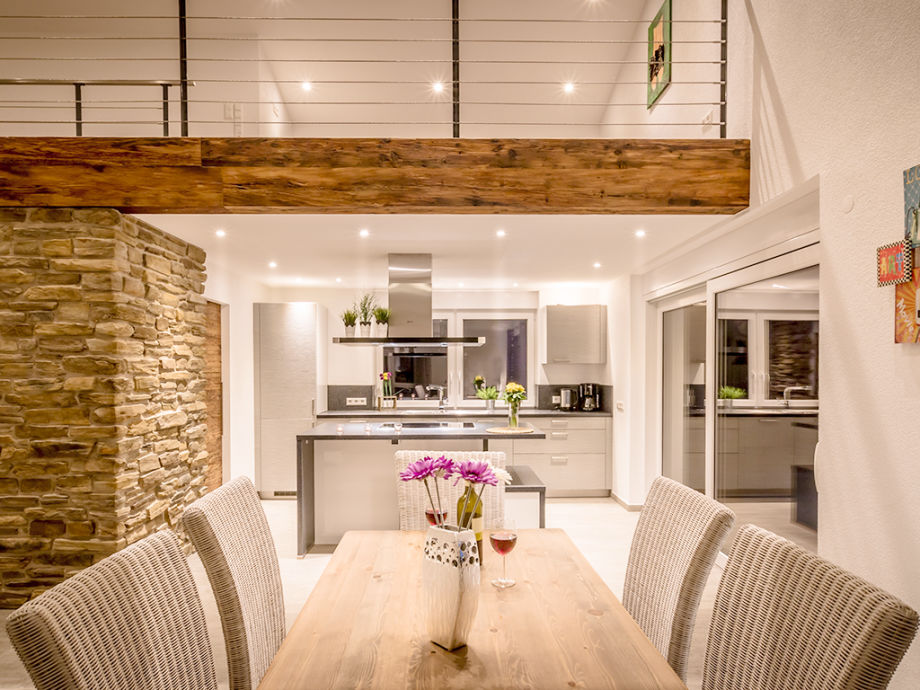 Wohnzimmer mit Kücheninsel