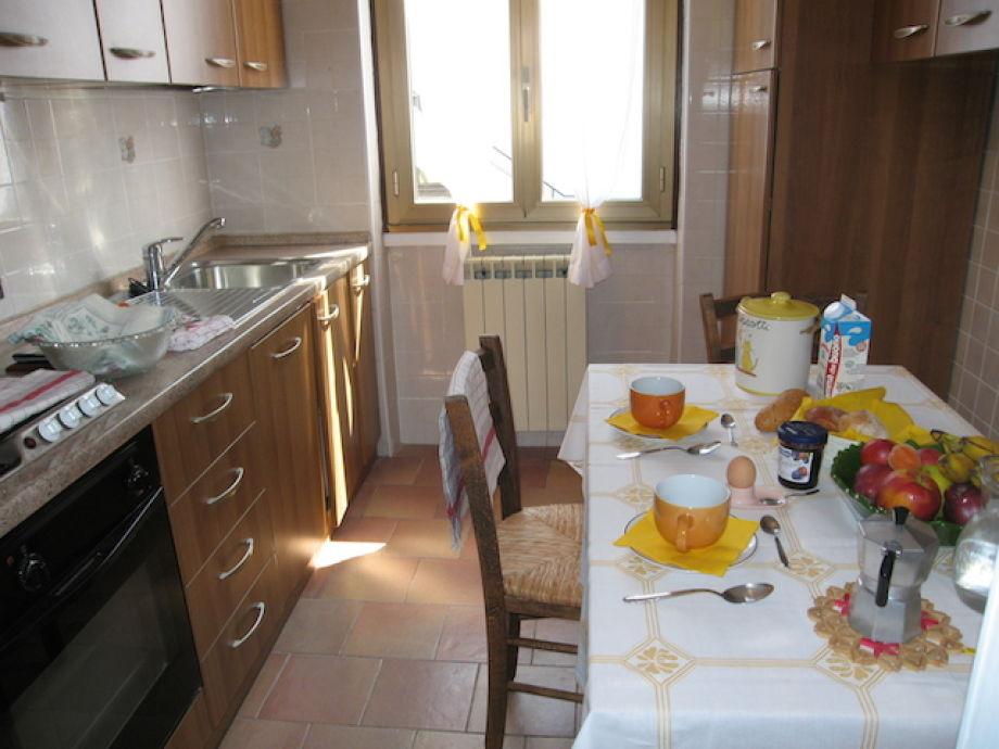 Küche mit gemütlichem Esstisch