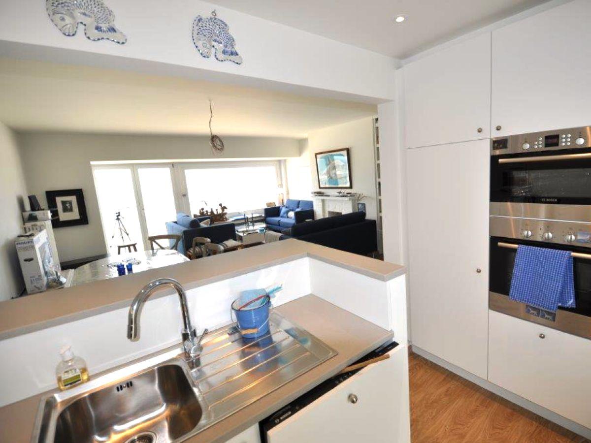 Die moderne küche das gemütliche wohnzimmer der schöne sandstrand