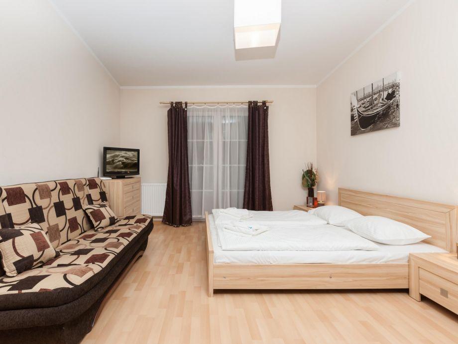 Doppelbett und Sofa