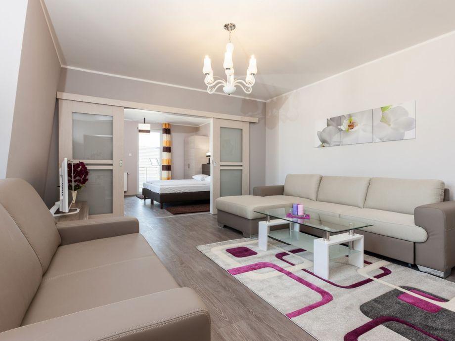 Modernes Wohnzimmer mit Zugang zum Schlafzimmer