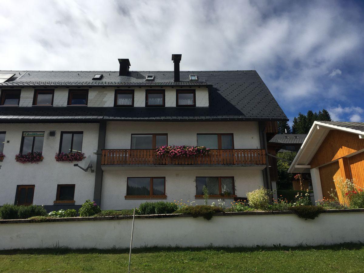 haus mit balkon haus lichthaus mit grossem balkon hausanbieter dominic haus mit. Black Bedroom Furniture Sets. Home Design Ideas