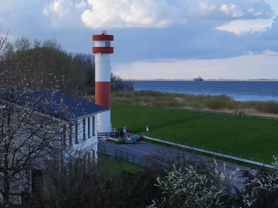 Außenansicht mit Leuchtturm, Deich und Elbe