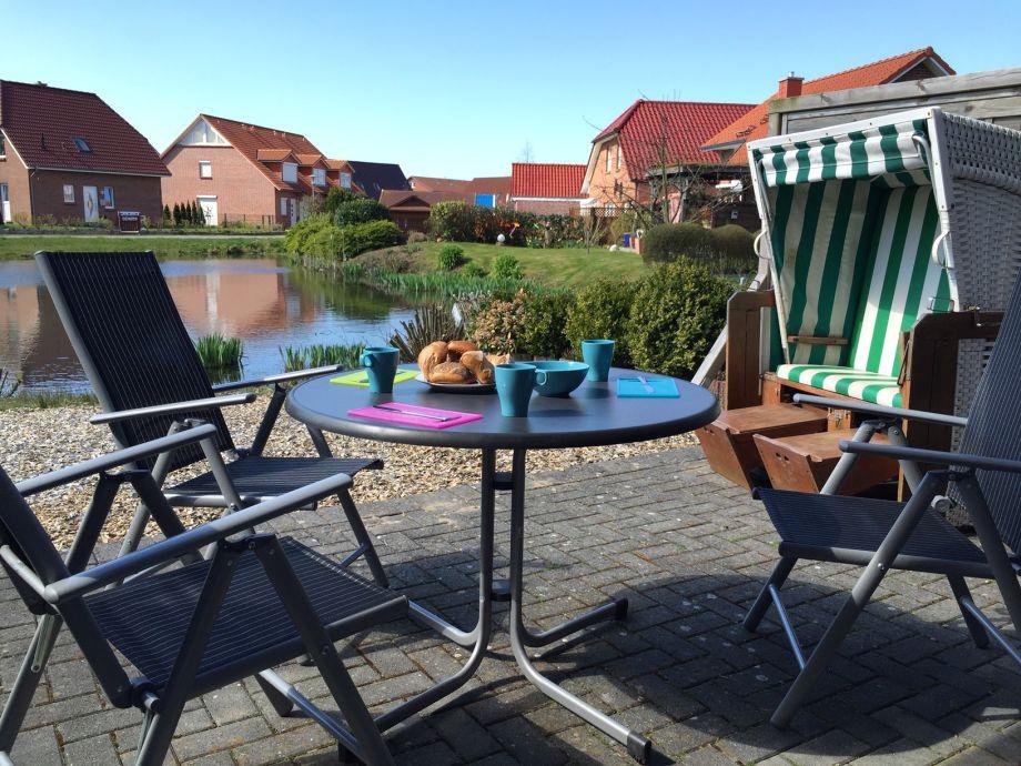 Die Terrasse mit Esstisch und Strandkorb