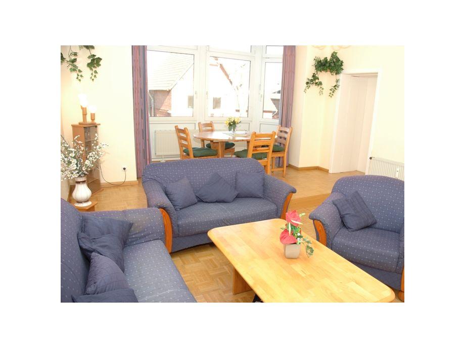 Schönes Wohnzimmer mit Esstisch