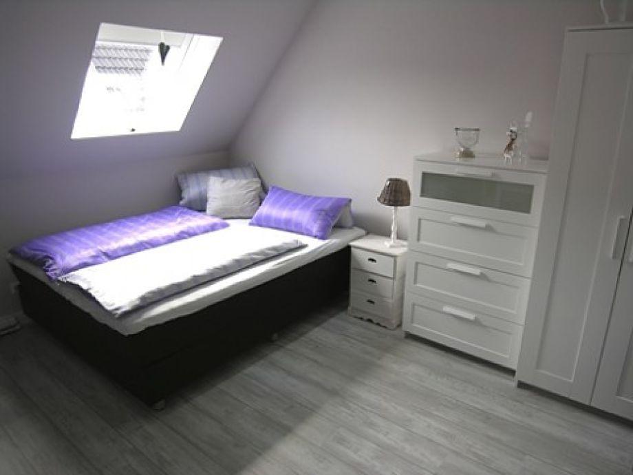 Doppelbettzimmer mit Kleiderschrank