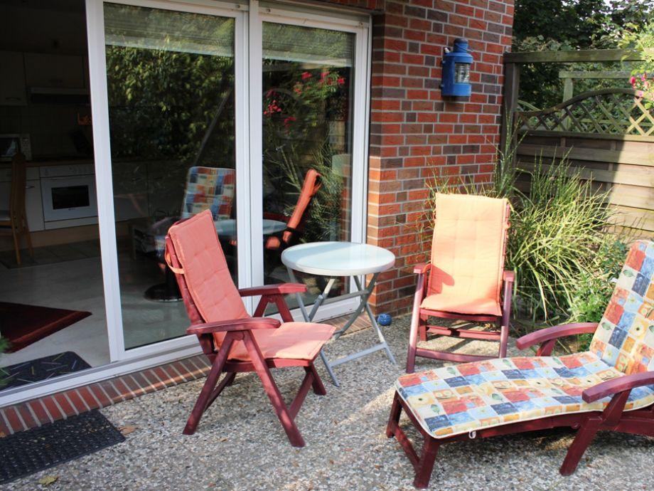 Terrasse mit Sitzmöbeln und Sonnenliege