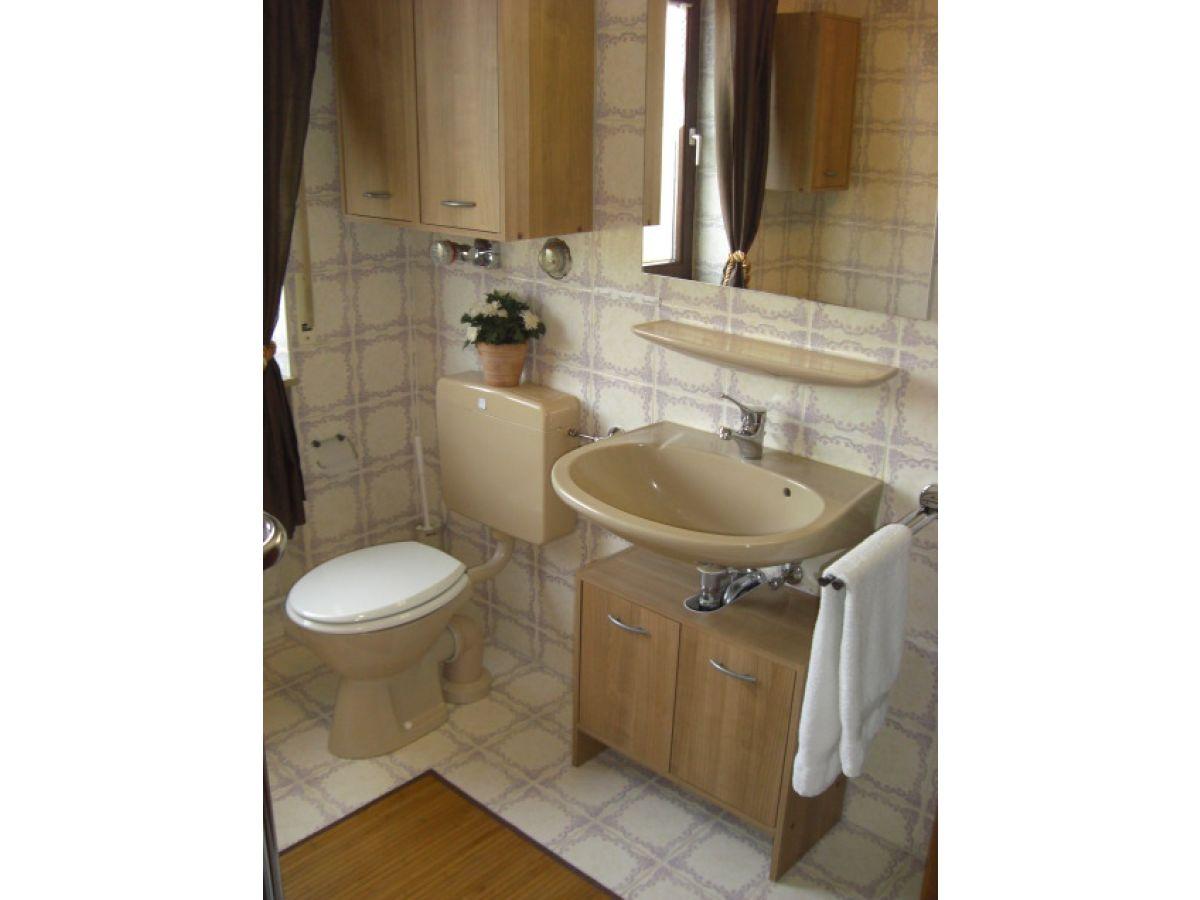 Ferienwohnung im haus behr seenah ruhig bodensee herr - Badezimmer mit dusche und badewanne ...