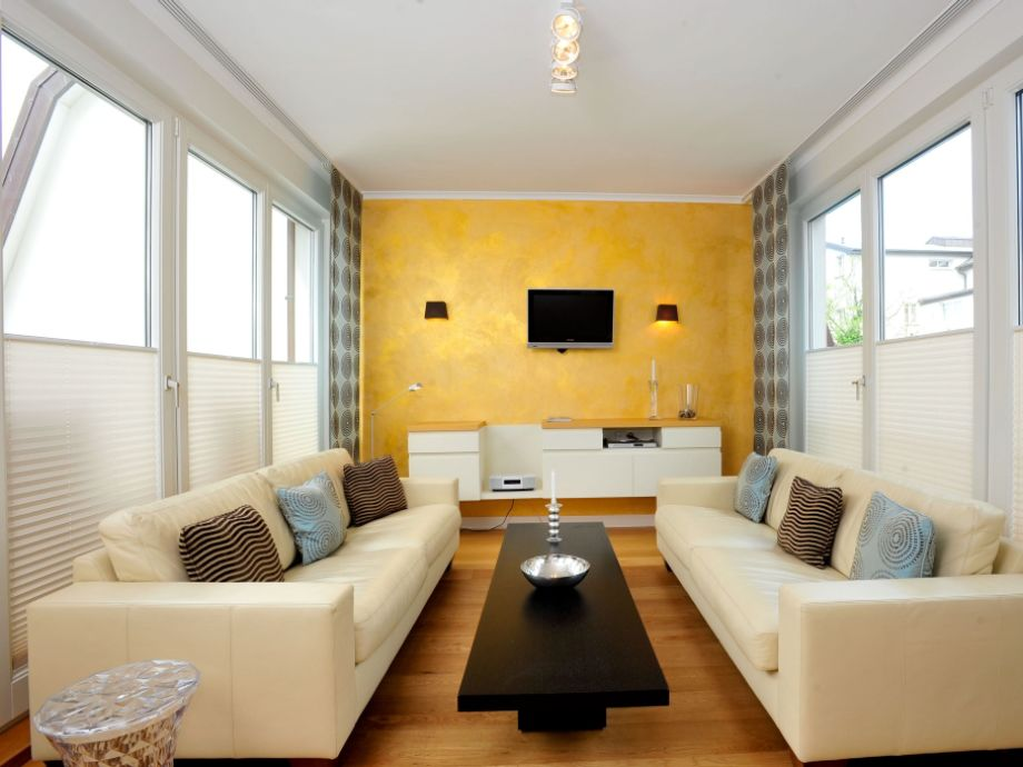 HDV/02 - Wohnzimmer mit Balkon