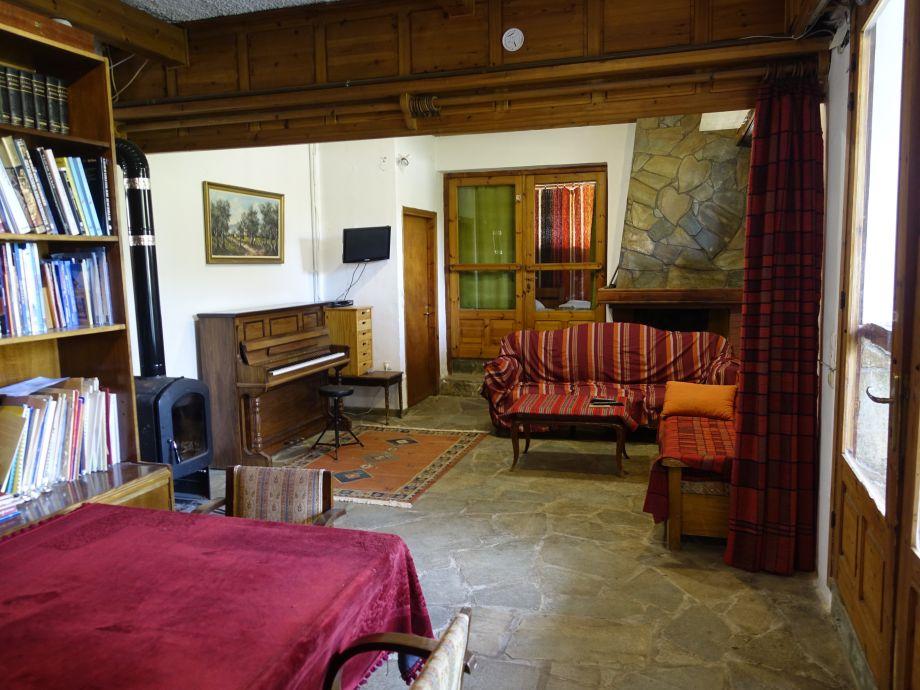 3 Klaviere  3 E-Pianos plus  ein Konzertflügel  z.Verfü