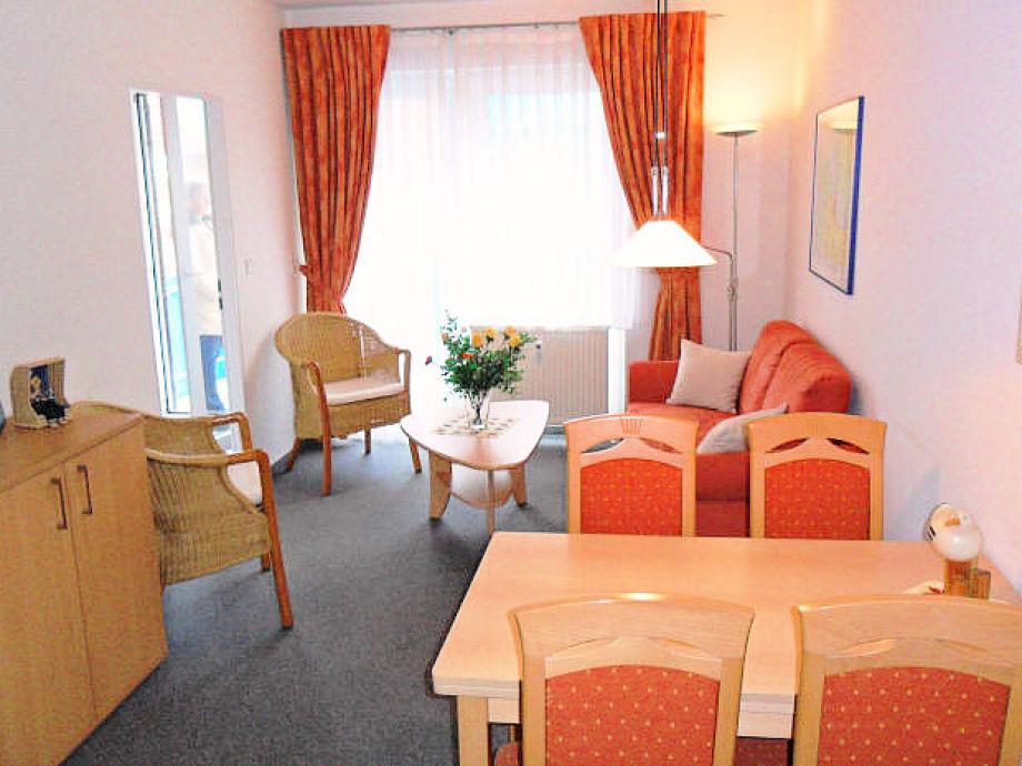 Wohnzimmer mit Sofa und Essplatz