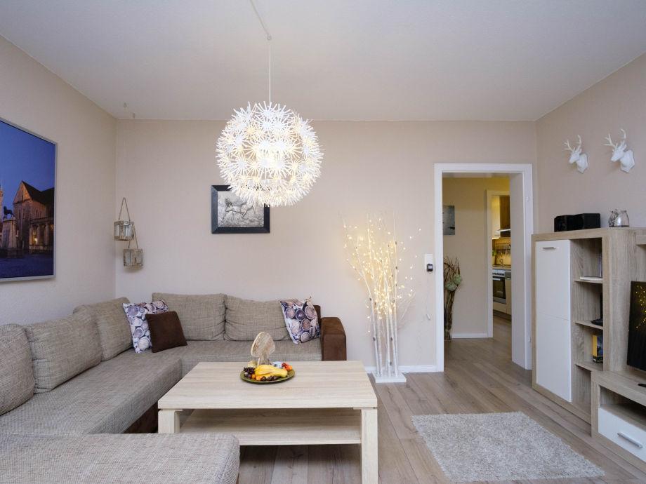 Ein gemütliches und modernes Wohnzimmer