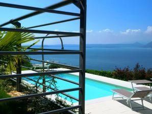 Ferienwohnung mit Pool und Panoramaseeblick